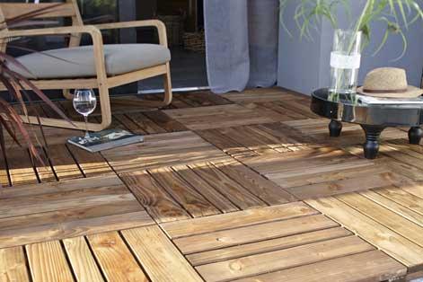 Qui installe une terrasse en bois dans son jardin ?